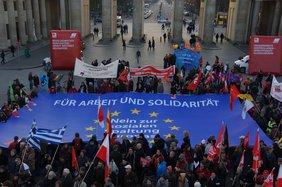 Demotransparent Für Arbeit und Solidarität Nein zur sozialen Spaltung von Europa! vor dem Brandenburger Tor in Berlin 14.11.2012