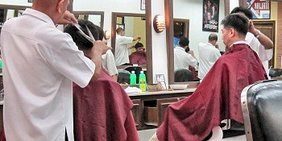 Herren-Friseure bei der Arbeit