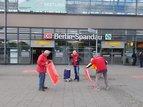 Bürgersteige und Radwege zum 1.Mai geschmückt in Spandau