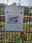 Anbringung der Gedenktafel für Zwangsarbeiter in der Hufeisensiedlung